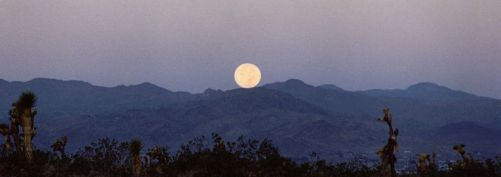 800px-Mountain_Moonset J Eastland